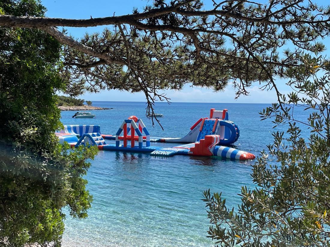 Letos je napihljiva nakaza, t. i. aquapark, zavzemala skoraj polovico za kopalce označenega območja v zalivu Soline na otoku Cresu. Foto:  J. B.