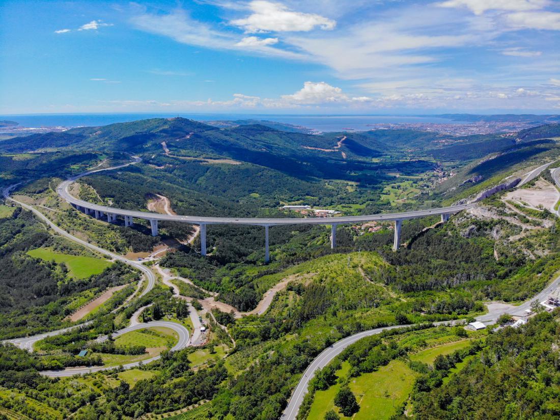 Slovensko morje, ki se na poti proti obali prvič razkrije našim očem prav nad viaduktom Črni Kal, je ob njem še manjše kot v resnici. Foto: Falajfl/Shhutterstock