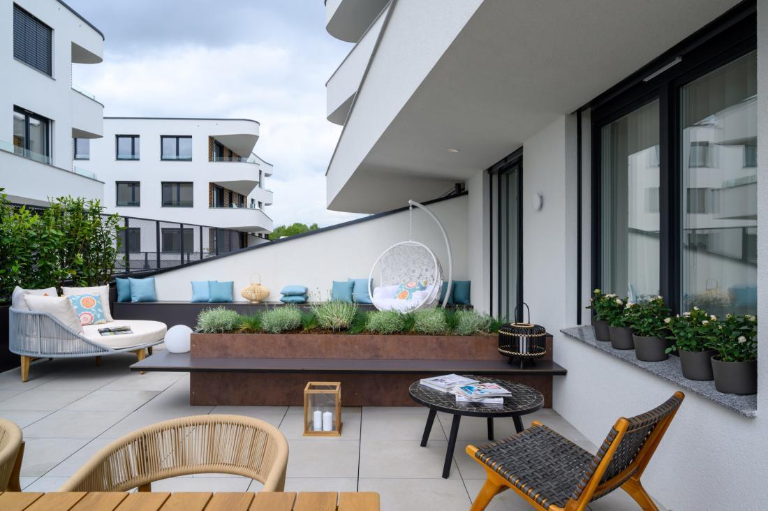Velika terasa ima vse udobje bivanja na prostem: dovolj veliko vrtno mizo in več kotičkov za posedanje.