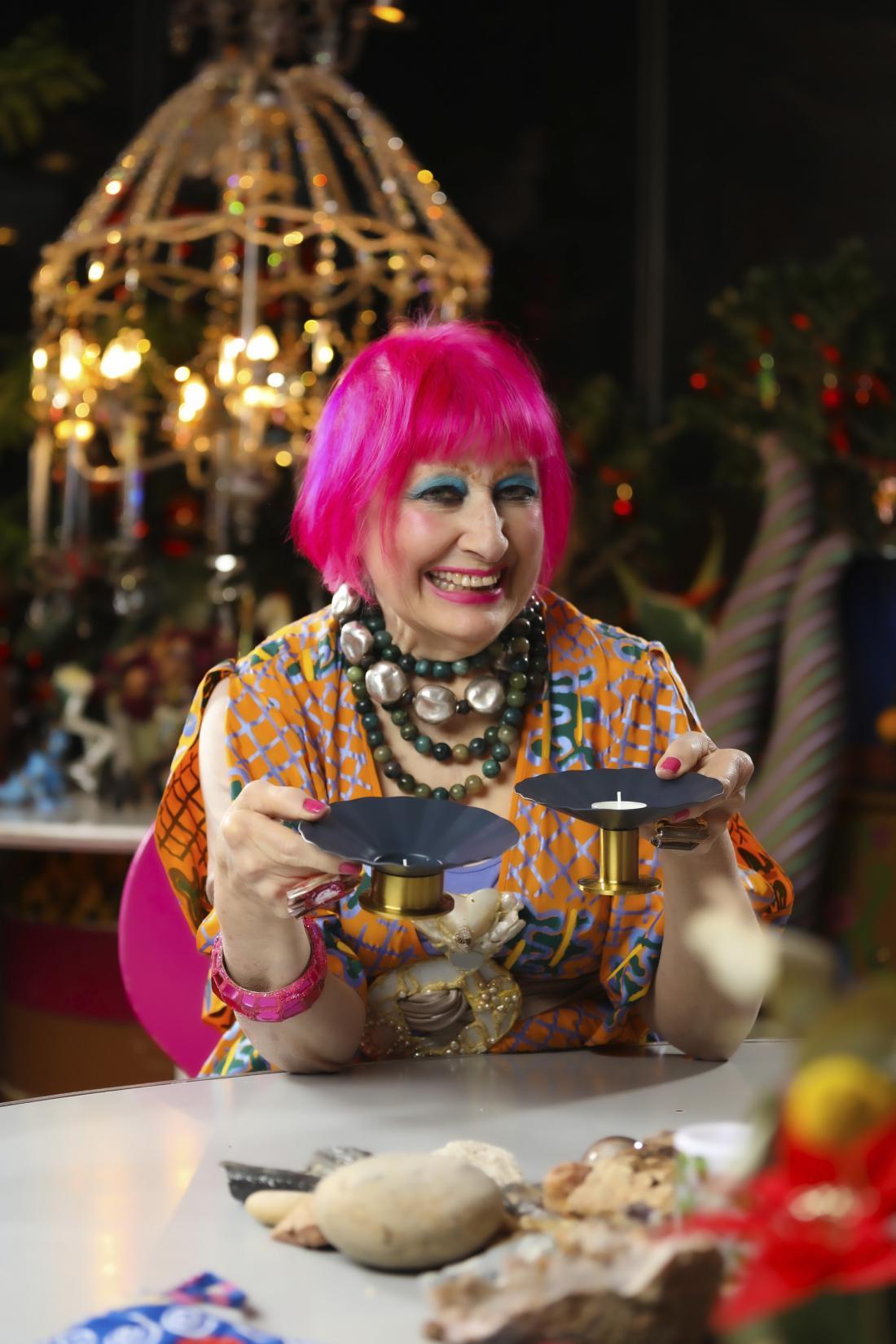 Zandra Rhodes je britanska modna in tekstilna oblikovalka, ki je London v sedemdesetih letih postavila v ospredje mednarodne modne scene.