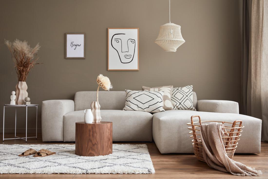 Dnevna soba, odeta v zemeljske odtenke, deluje elegantno. FOTO: Followtheflow/ Shutterstock