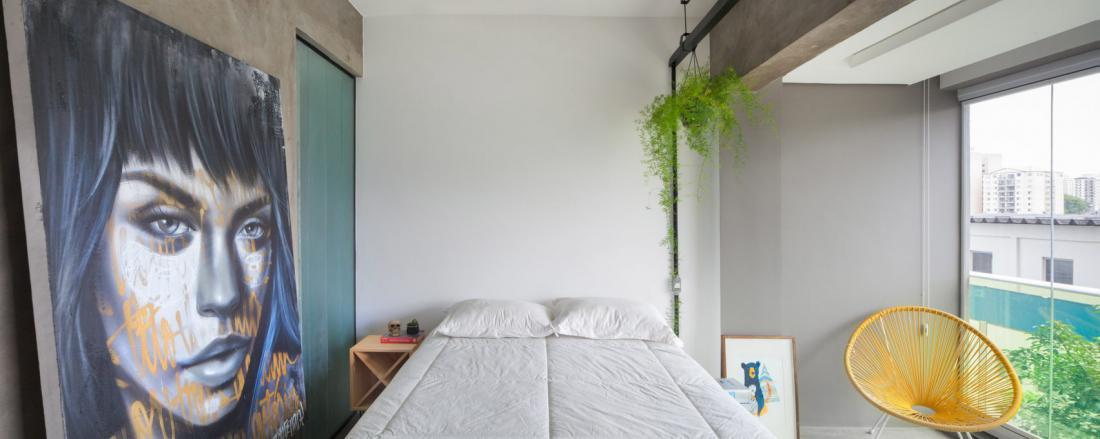 Bel in betonski interier dopolnjujejo umetniška dela.