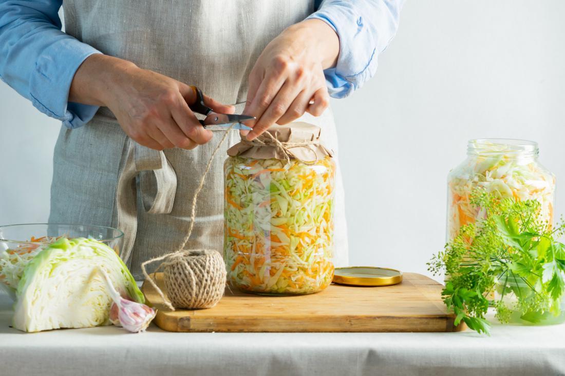 Manjše količine zelja, repe in drugih vrtnin lahko kisamo v steklenih kozarcih za vlaganje. FOTO: Natali Ximich/Shutterstock