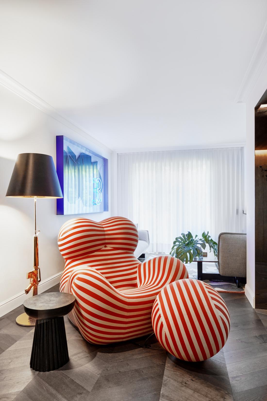 Kultni počivalnik Up 50, ki ga je italijanski oblikovalec Gaetano Pesce oblikoval že davnega leta 1969, je bil navdih za barve v stanovanju.