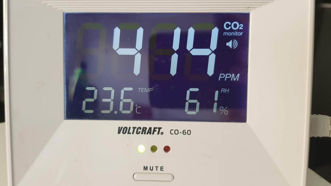 Prikazovalnik med drugim kaže, da je v stanovanjski hiši 414 ppm ogljikovega dioksida. Tako nizke (kar pomeni kakovosten zrak) so vrednosti v stavbi s prezračevalnim sistemom.