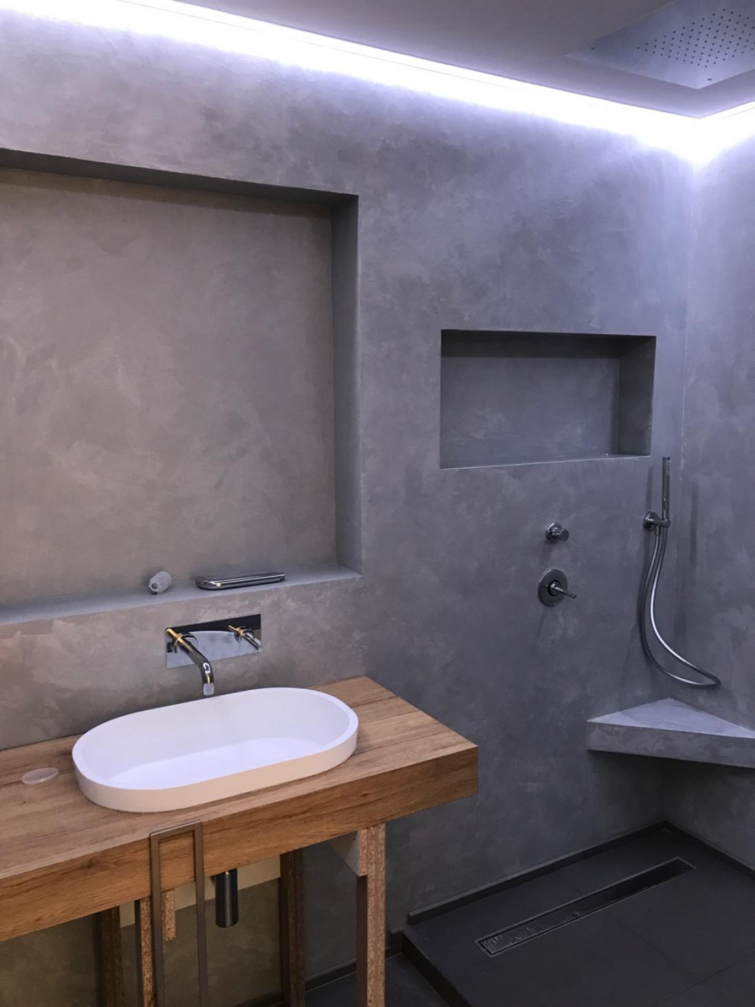 Pogosto se ga uporablja v kopalnicah - kot stenski ali talni premaz, ki je popolnoma brez fug. FOTO: Matjaž Levičnik