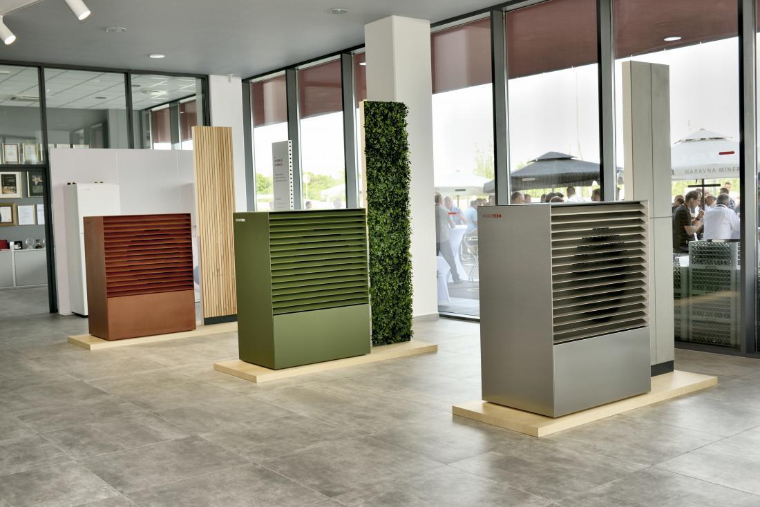 Proizvajalci vedno več pozornosti namenjajo videzu zunanjih enot toplotnih črpalk. Te lahko prilagodijo videzu stavbe. Na fotografiji zunanje enote toplotne črpalke Adapt. FOTO: Kronoterm