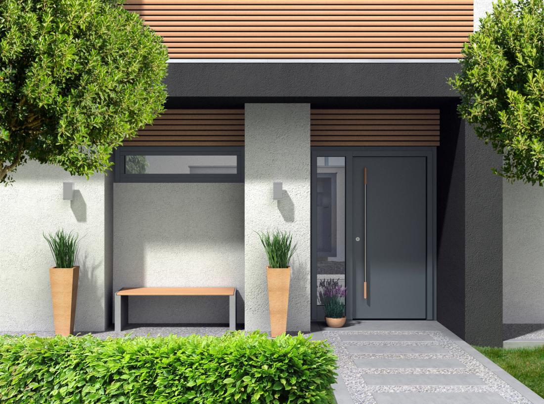 Glavni vhod v stanovanjsko hišo se po materialu in oblikovanosti lahko sklada z okni, lahko pa je drugače poudarjen arhitekturni element.