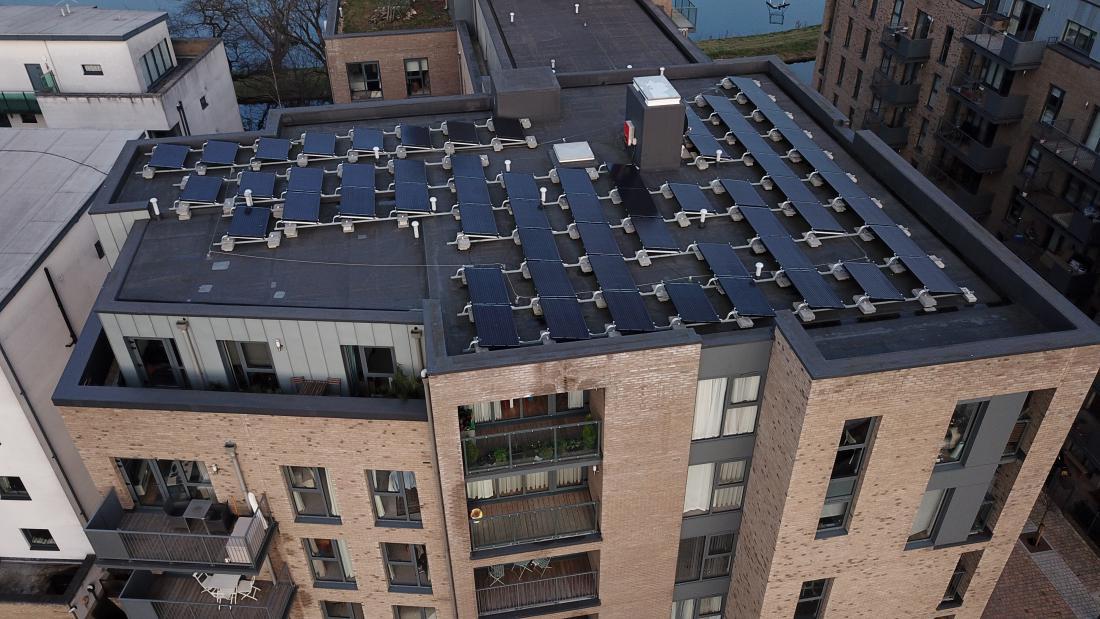 Celovito obnovo večstanovanjske stavbe je dobro združiti s samooskrbo z električno energijo. FOTO: Shutterstock