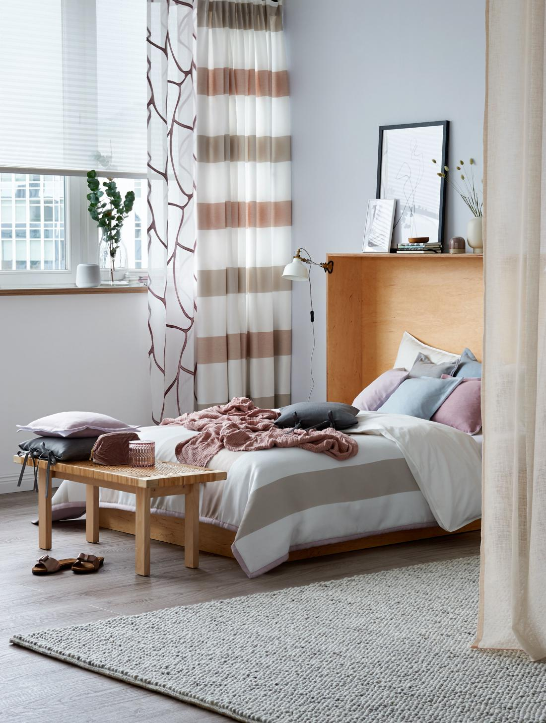 V spalnici lahko s tkaninami ustvarite umirjen ambient, zaradi kategerega boste z veseljem legli v posteljo (arhiv Deco Team).