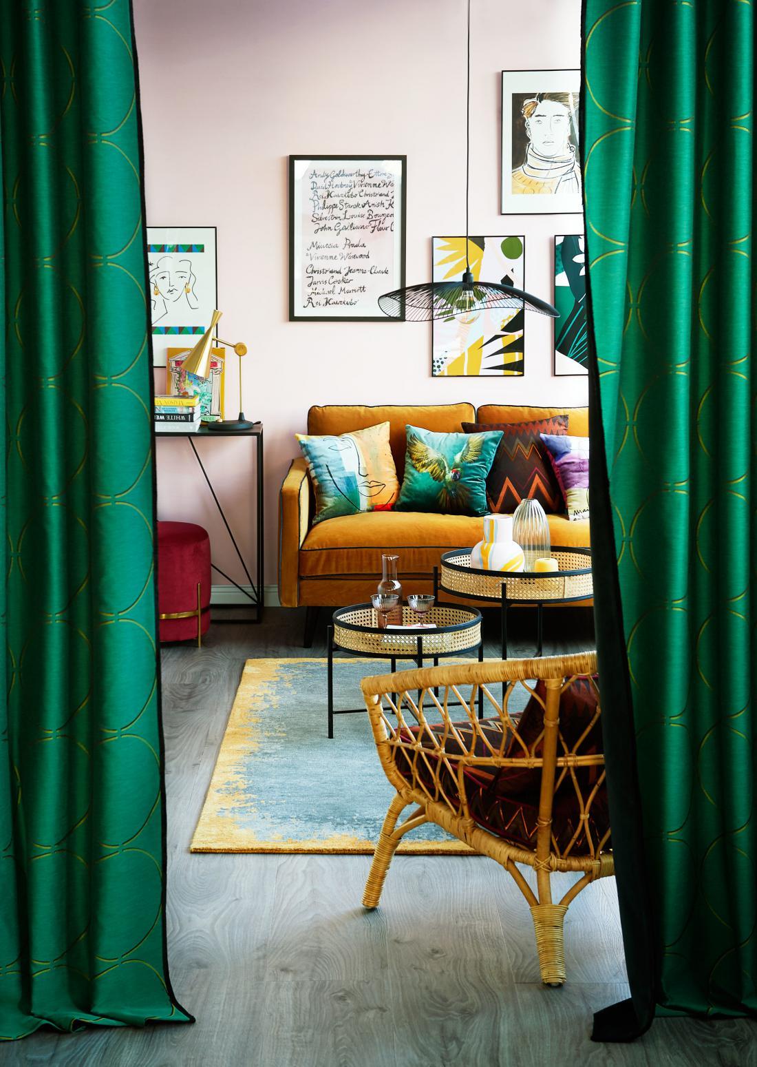 Oražni, bordo rdeči, zeleni odtenki in žameten tkanine so za ljubitelje močnejših barv in mešanja slogov (arhiv Deco Team).