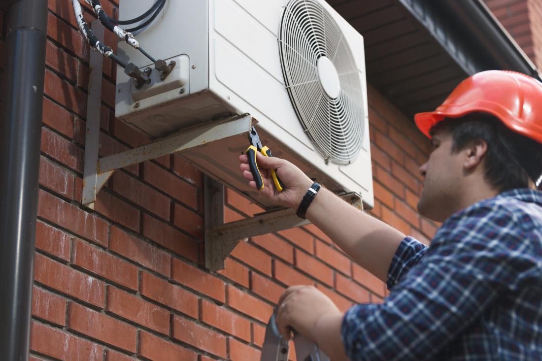 Tudi zunanjo enoto klimatske naprave je treba pregledati ter odstraniti listje in drugo umazanijo, ki se je nabrala na njej.