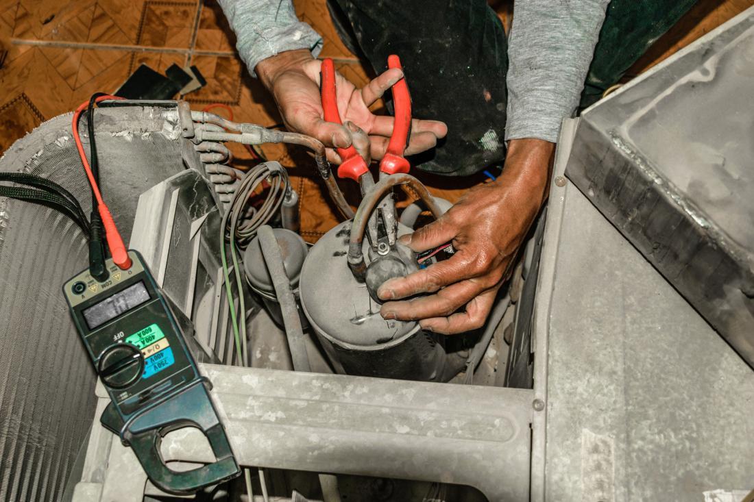 Kadar klimatska naprava slabo hladi, serviser preveri količino freona in ga doda. Od letos bodo vse nove klimatske naprave napolnjene z novim plinom R32, ki je učinkovitejši od freona R410A in hkrati prijaznejši do okolja.