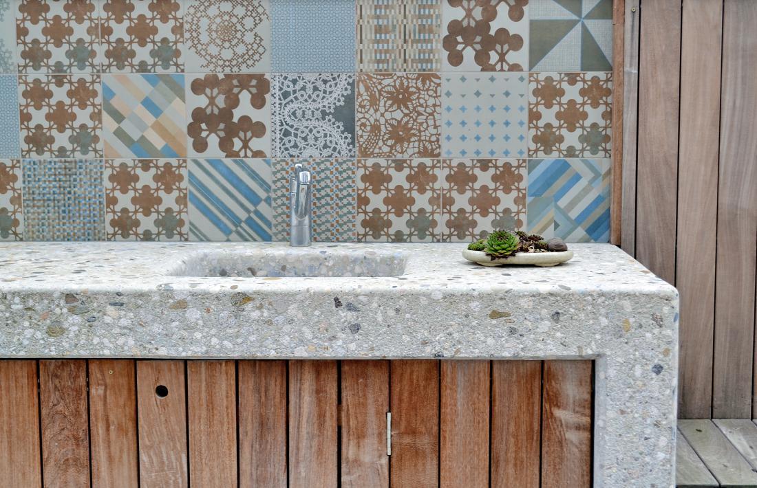 Za oblogo stene letne kuhinje so uporabili keramične ploščice, ki so ostale iz interierja.