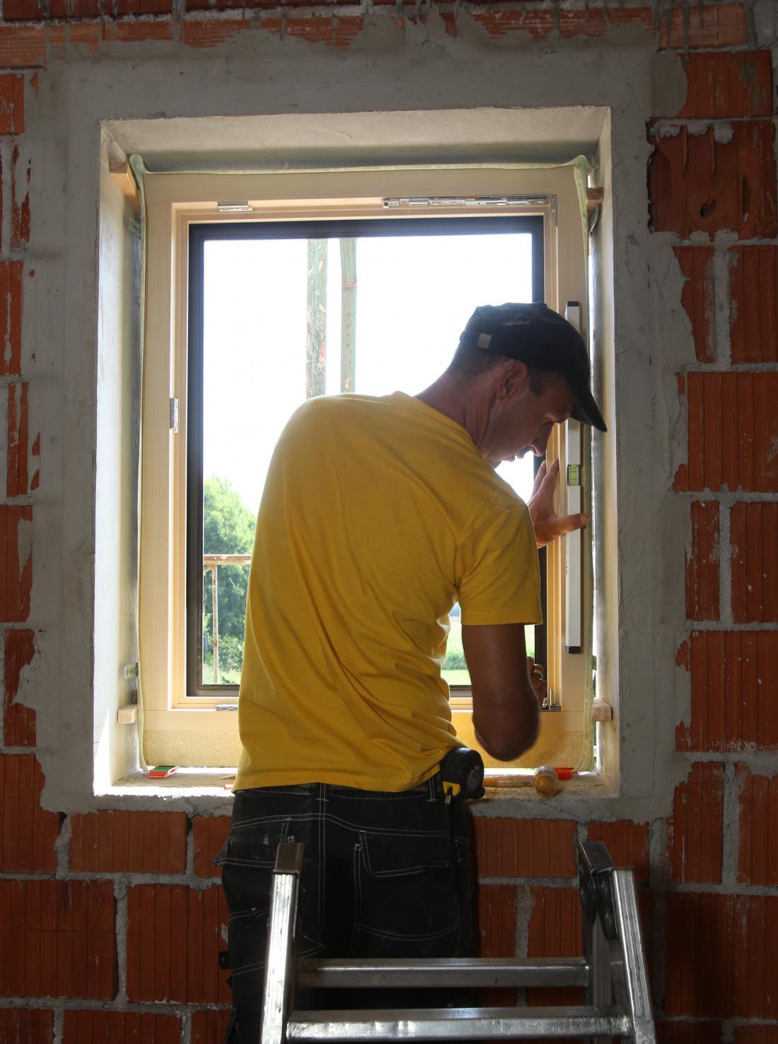Monter je okno pritrdil ob špalete z lesenimi zagozdami, podstavil trajne podložke pod okvir in distančnike ob strani, vodoraven položaj pa ob vsaki spremembi preveril z libelo.