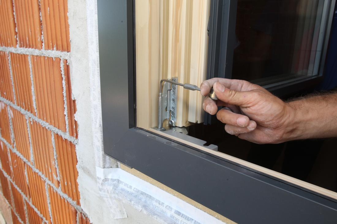 Ko je okensko krilo že na okvirju, je mogoče naravnati zapiranje na več mestih na okovju. Glavni pogoj, da se okno pravilno in natančno odpira in zapira, pa je, da je spodnja stranica vgrajena povsem vodoravno.