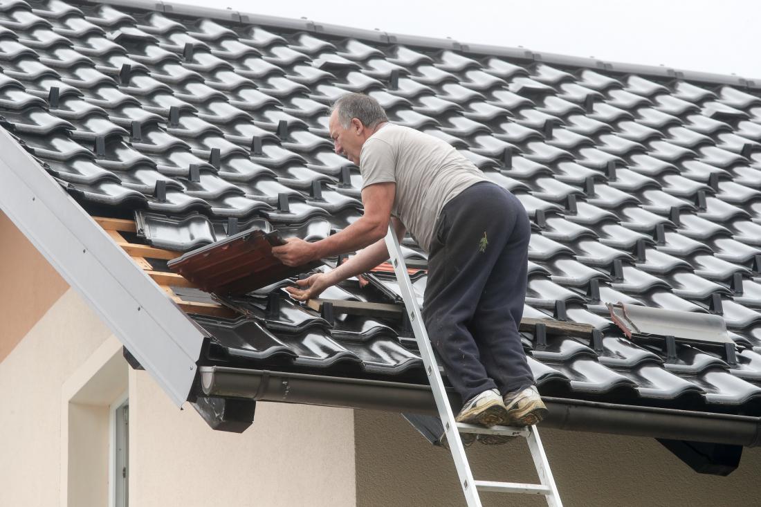 Za poškodbe na strehi je velikokrat kriva tudi nestrokovna izvedba. Škodi bi se lahko izognili ali pa bi bila vsaj manjša, če bi bilo delo opravljeno primerno. FOTO: Marko Feist