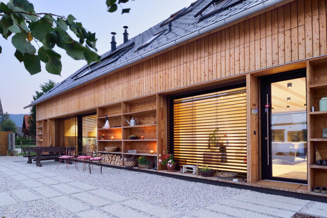 Zunanje žaluzije so priljubljena izbira pri sodobnih gradnjah. FOTO: arhiv Senčila Bled