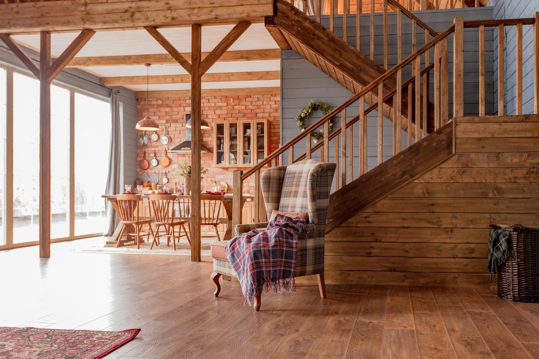 Interierji z veliko masivnega lesa niso več prav pogosti. V mansardnih stanovanjih so na primer lahko vidni masivni leseni tramovi, kar daje prostorom poseben pečat. FOTO: Pinky Winky/Shutterstock