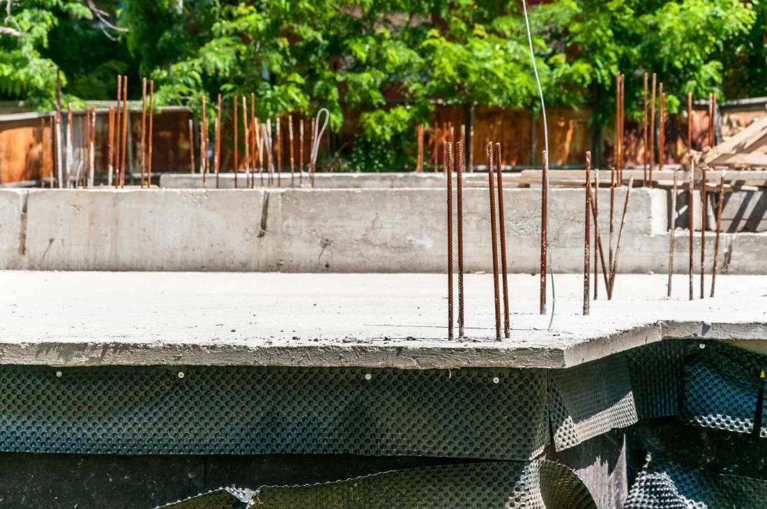 Gradnja hiše v lastni režiji je velik finančni in organizacijski zalogaj.