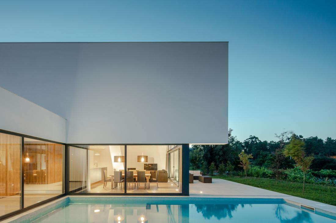 Ob hiši je urejen manjši plavalni bazen, pravo razkošje na umirjeno urejeni terasi pa so lepi pogledi v naravo.