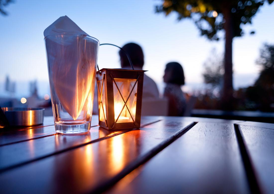 Prijeten večer lahko preživimo tudi v soju sveč. Te pričarajo posebno vzdušje, en večer brez brnenja električnih naprav bo prav sproščujoč.