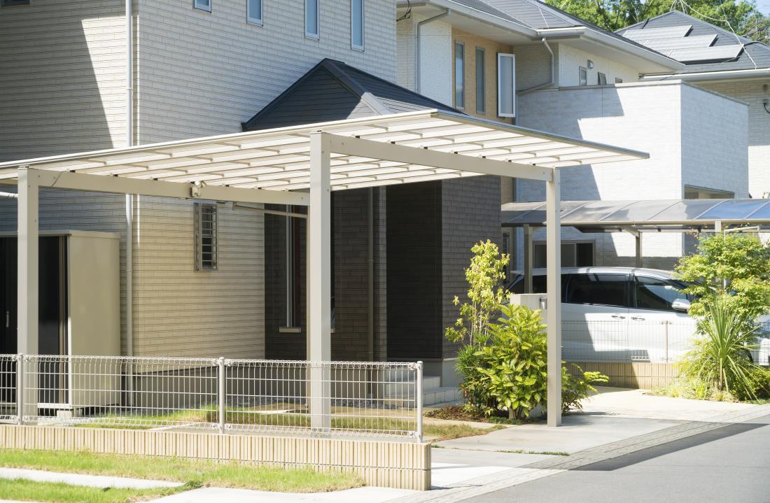 Nadstrešek naj bo oblikovno usklajen s hišo, zato je priporočljivo v načrtovanje vključiti arhitekta.