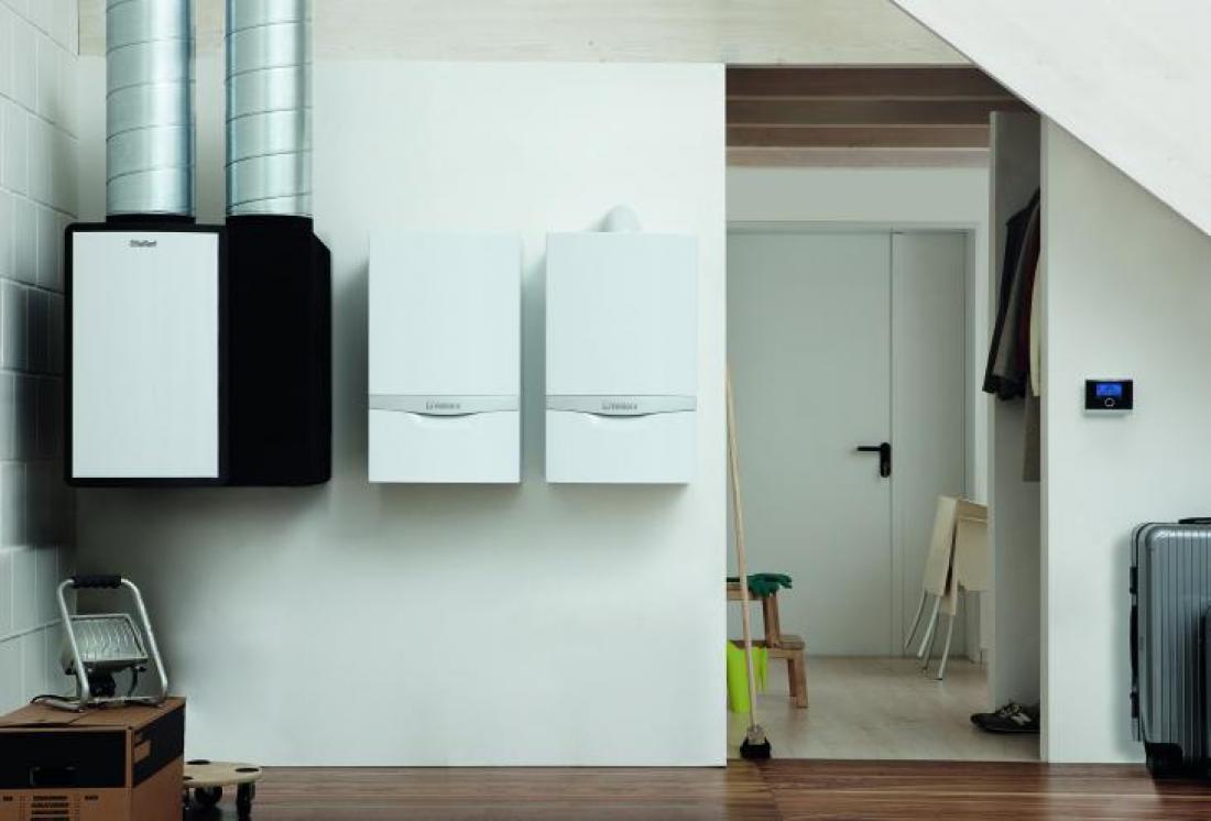 Hibridno toplotno črpalko na fotografiji od leve proti desni sestavljajo toplotni izmenjevalnik, stenska toplotna črpalka in plinski kondenzacijski kotel. FOTO: Vaillant