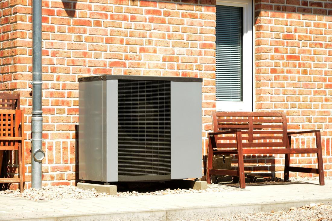 Hibridna naprava, katere del je toplotna črpalka zrak/voda, ima tudi zunanjo enoto. FOTO: By klikkipetra/Shutterstock