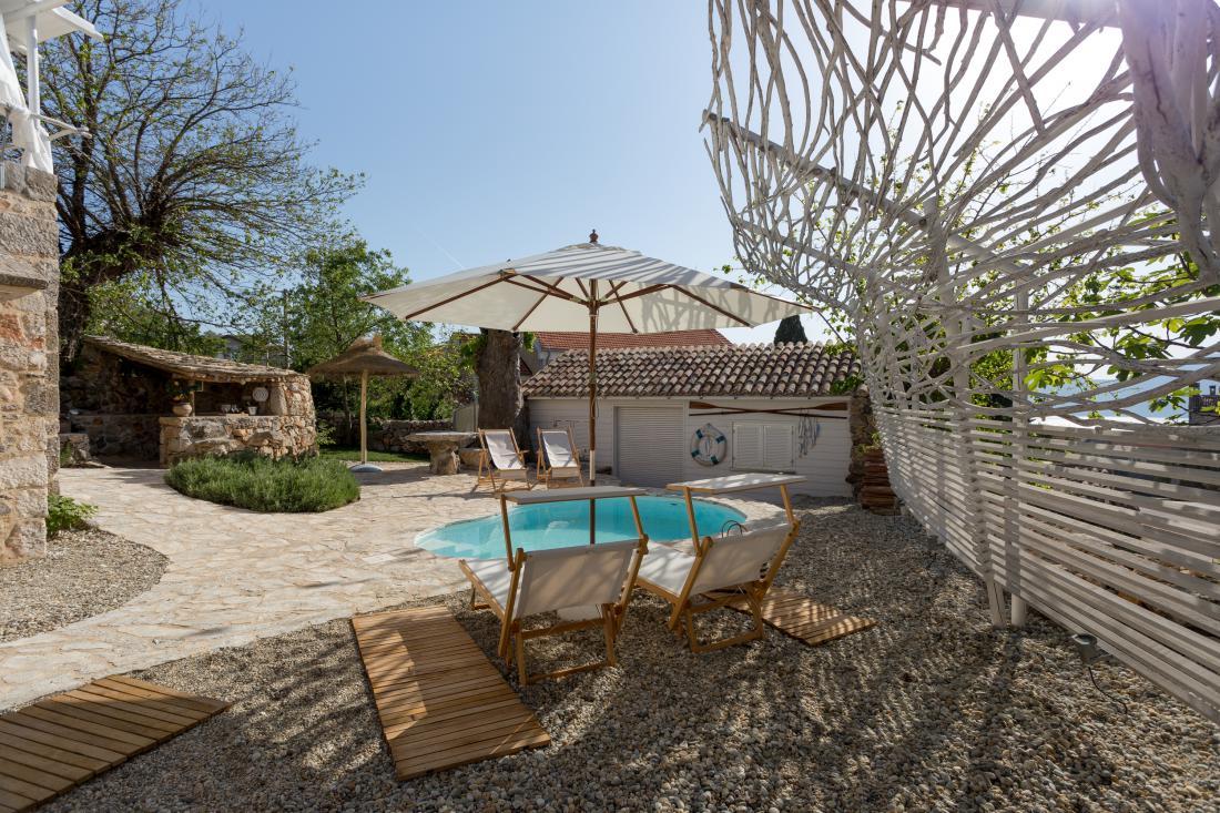 Leseni ležalniki in počivalniki, senčniki, lesene preproge in ograje nudijo popolno udobje za uživanje v toplih dneh.
