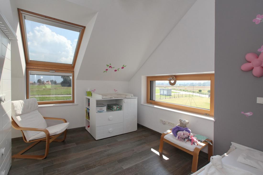 Če ima otroška soba dve zunanji fasadni steni, je smiselno izkoristiti obe.