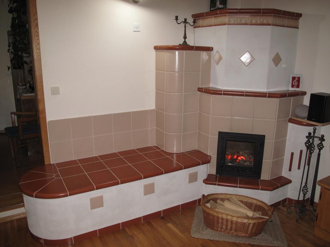 Sodobna zidana peč ogreva tri prostore toplozračno. Stoji v dnevni sobi, zadaj je kuhinja, kjer je tudi dostop do pečice, na desno zadaj pa še hodnik.