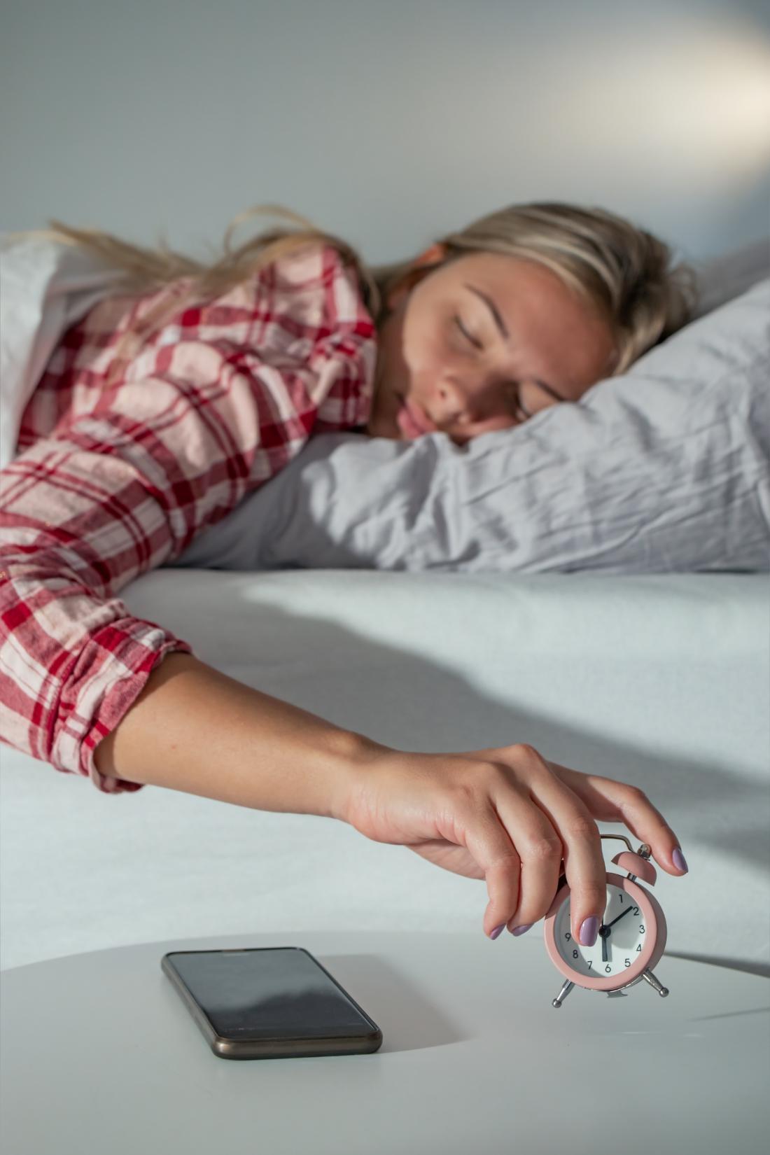 Če telefon uporabljate kot budilko, ga med spanjem preklopite na letalski način in ga s tem izklopite iz omrežja. FOTO: AF-Photography/Shutterstock