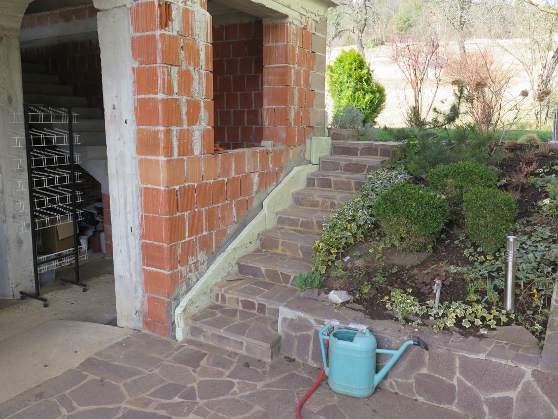 Zunanje in notranje stopnice ločimo od zidu s toplotno izolacijo, ki deluje tudi kot zvočna izolacija. FOTO: Bojan Žnidaršič