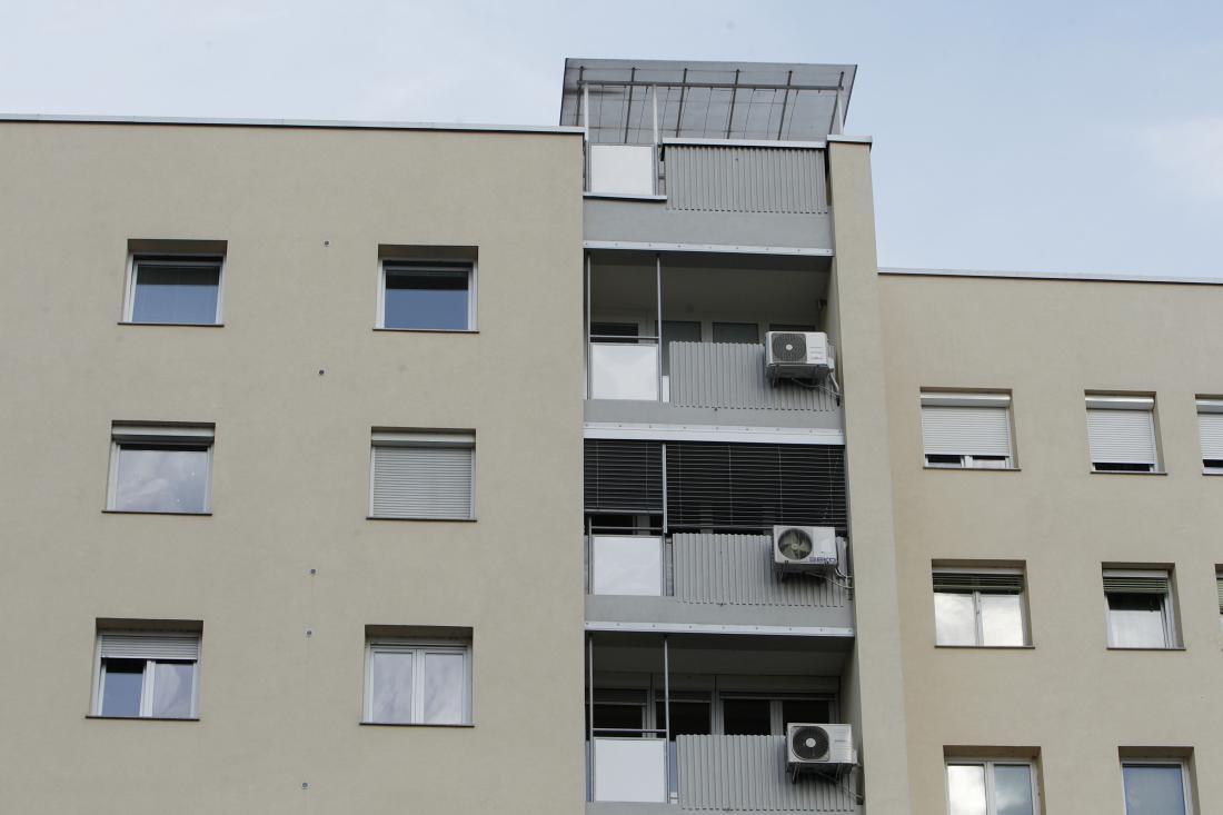 V bloku je treba imeti za montažo zunanje enote klimatske naprave 75-odstotno soglasje etažnih lastnikov. FOTO: Leon Vidic/Delo