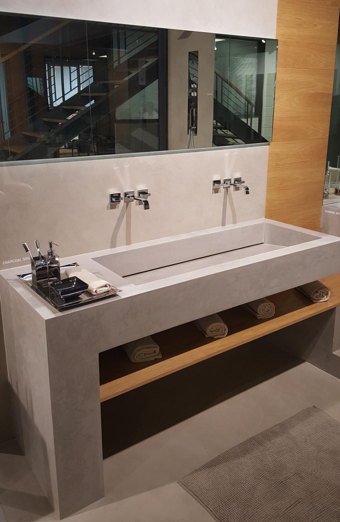 Dekorativni beton da umivalniku v kopalnici surov videz. Microtopping je vodoodporen in zato primeren za uporabo v prostorih, kjer je vlaga.