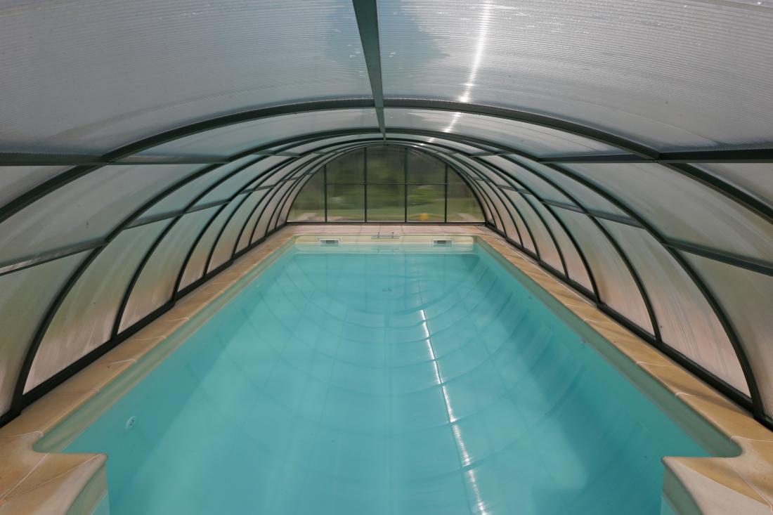 Bazen ima vgrajeno tudi protitočno plavalno napravo, ki ustvarja močan vodni tok in omogoča plavanje tudi v bazenih manjših dimenzij.