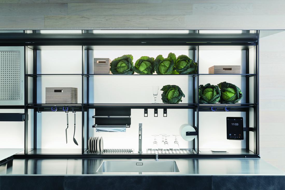 V novih kuhinjah je vse več odprtih polic, na katerih sta posoda in hrana na dosegu roke in seveda vidni (arhiv podjetja Valcucine).