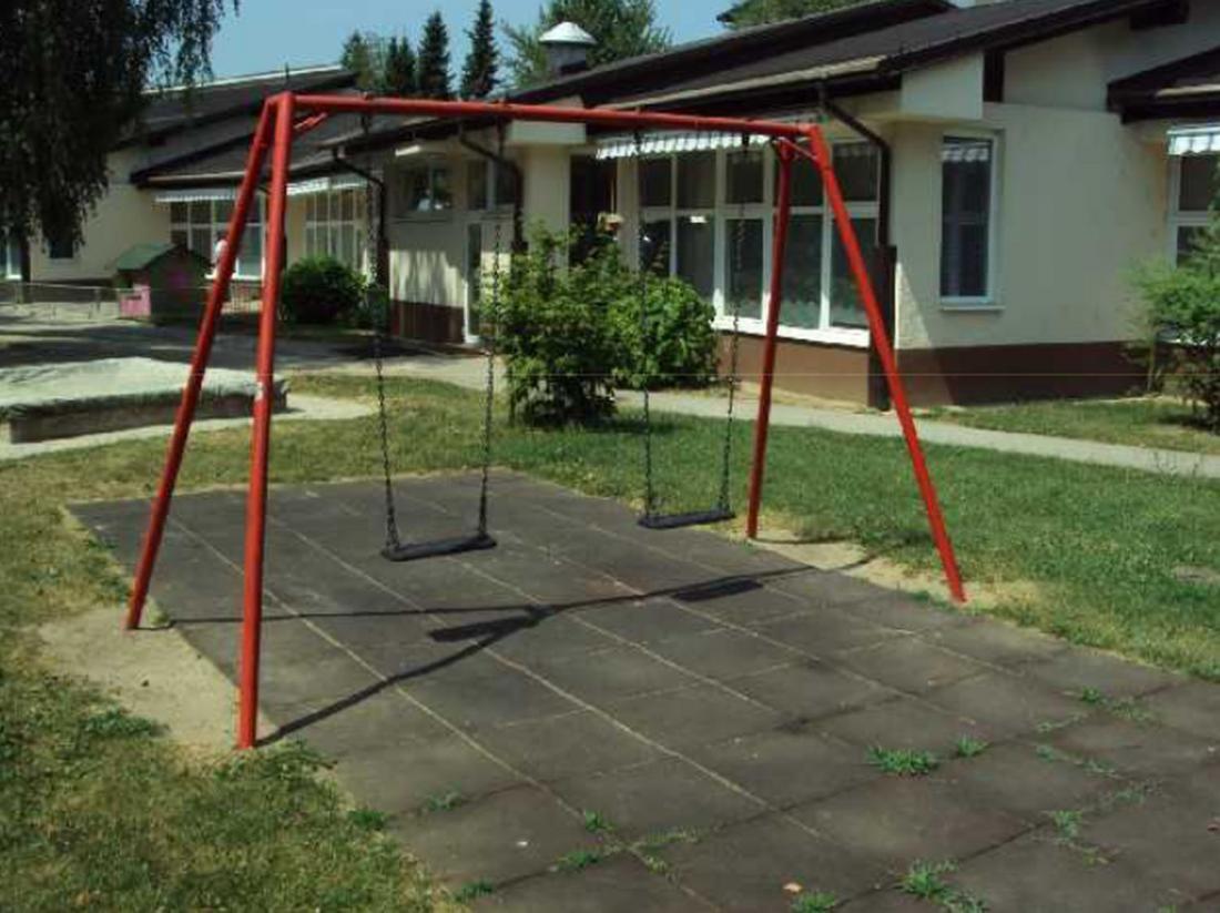 Zbiralnika deževnice sta vkopana pod gugalnico in ne motita igranja otrok ter ne zavzemata prostora, namenjenega igri na prostem.