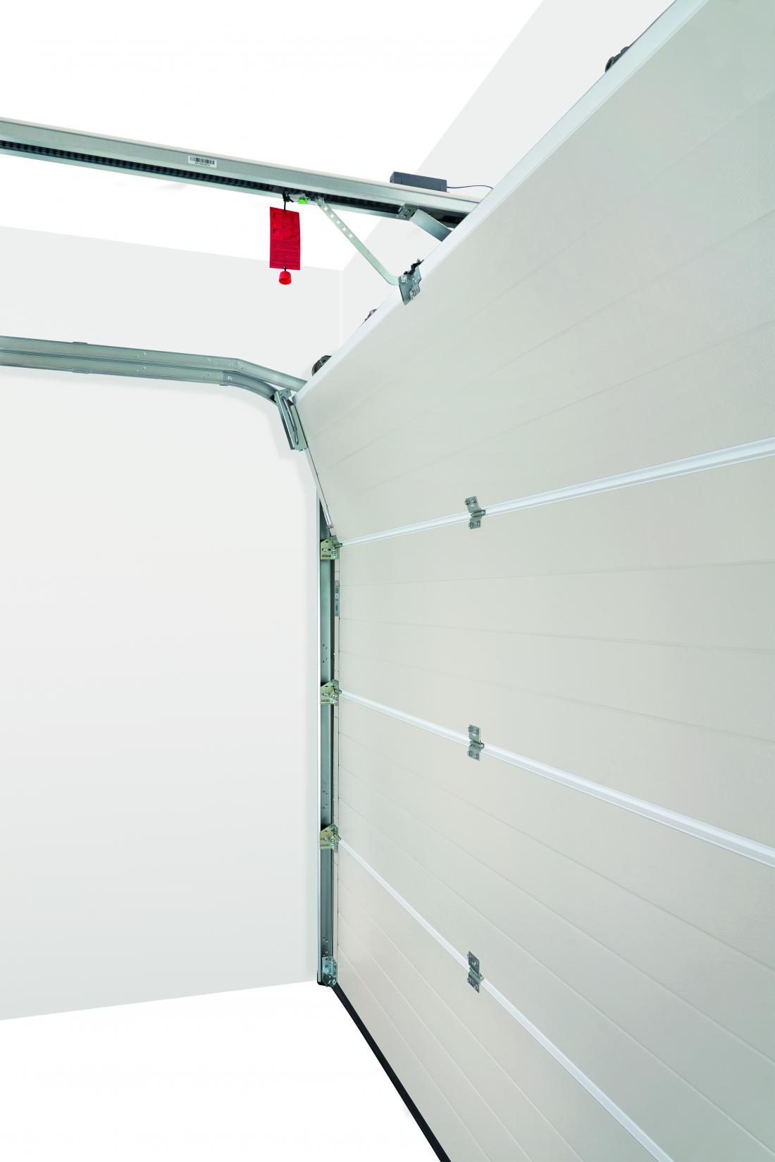 Sekcijska vrata se pri zapiranju lomijo in potujejo po vodilih.