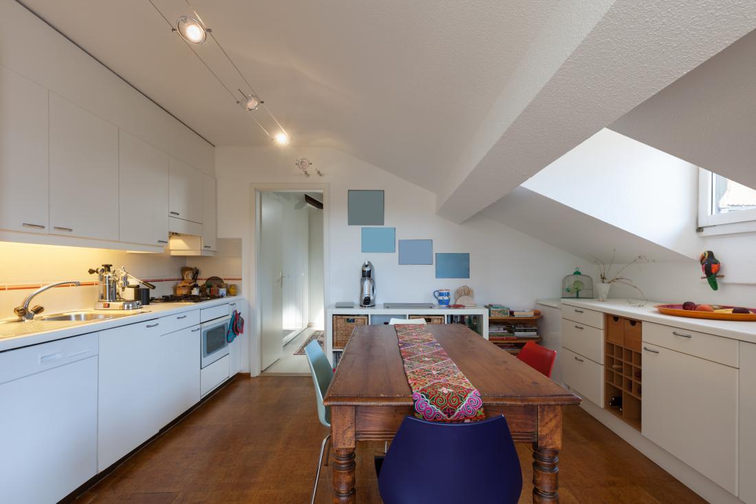 Lepo ohranjena in prenovljena stara miza bo dopolnila izčiščen sodoben interier.