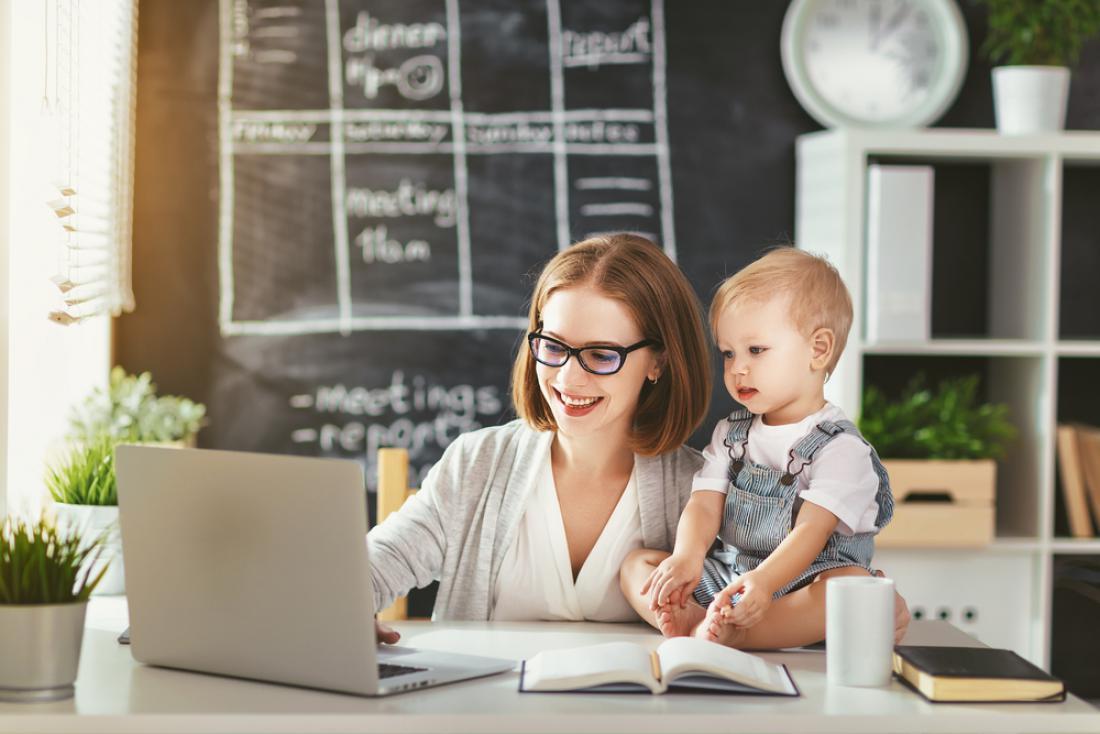 Delo od doma bi v prihodnje lahko postalo nekaj normalnega. FOTO: Evgeny Atamanenko/Shutterstock