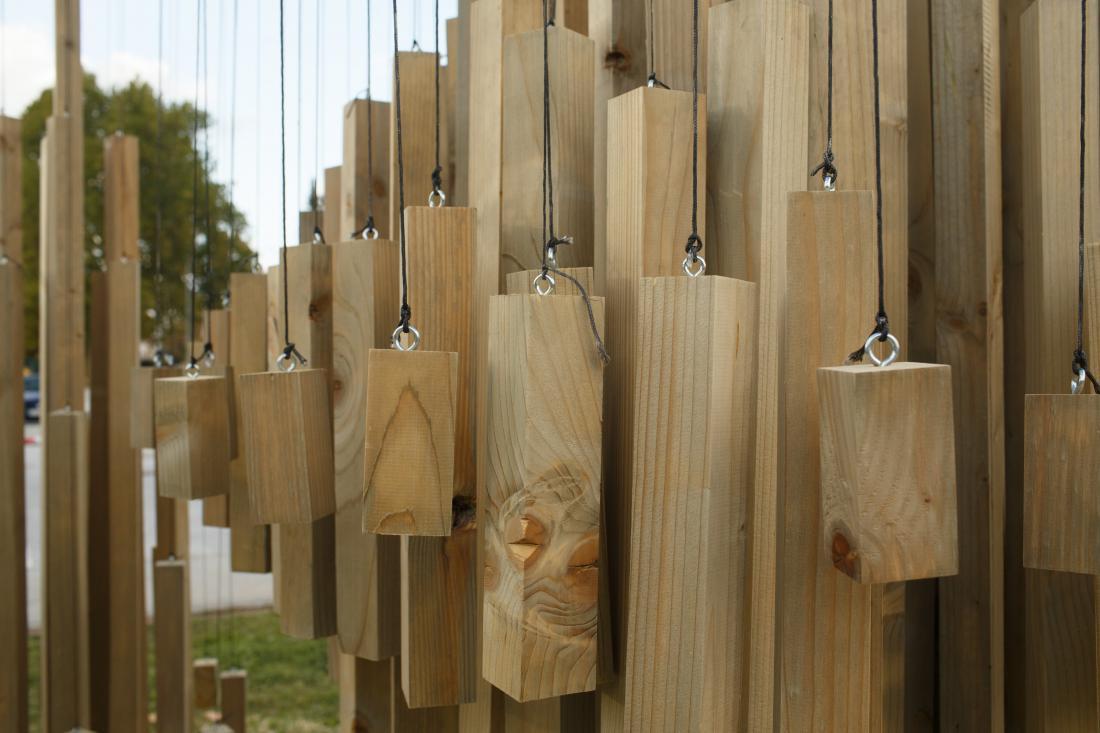 Lesene skulpture ob reki Rinži. Foto: Željko Stevanič