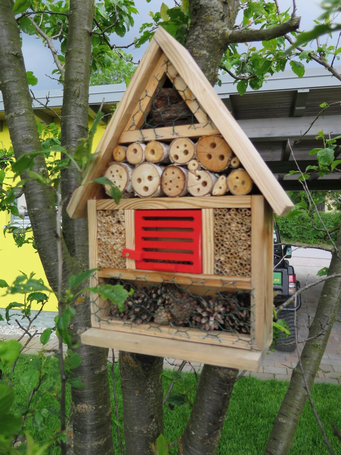 Hotel za žuželke je dobra rešitev, da nam žuželke ne gredo na hišo.