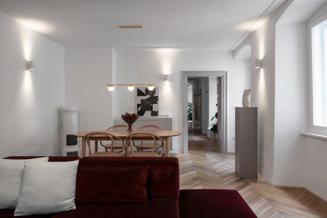 Bivalni prostor je v nasprotju s spalnimi in servisnimi deli velik in dobro osvetljen z naravno svetlobo. FOTO: Blaž Gutman