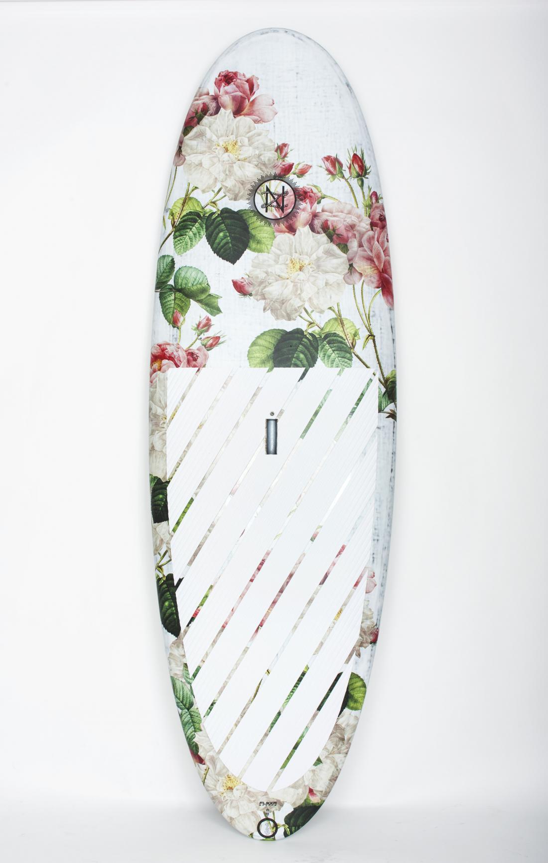 Nika Zupanc je za slovenskega proizvajalca desk za supanje in srfanje Flikka Boards zasnovala kolekcijo supov in srfov.