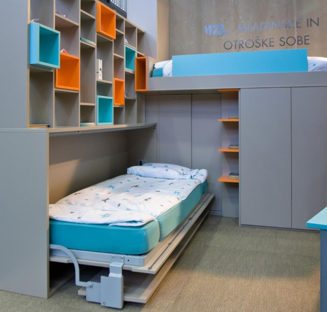 Bočna omarna postelja kot del otroške sobe.