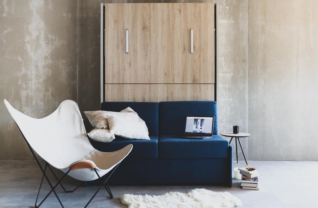 Zaprta omarna postelja s sedežno garnituro model IZI-2020 – cenovno dostopne omarne postelje.