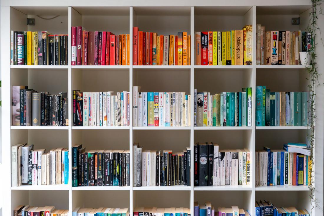 Iskanje knjig bo možno samo po barvi platnic. Foto: Shutterstock