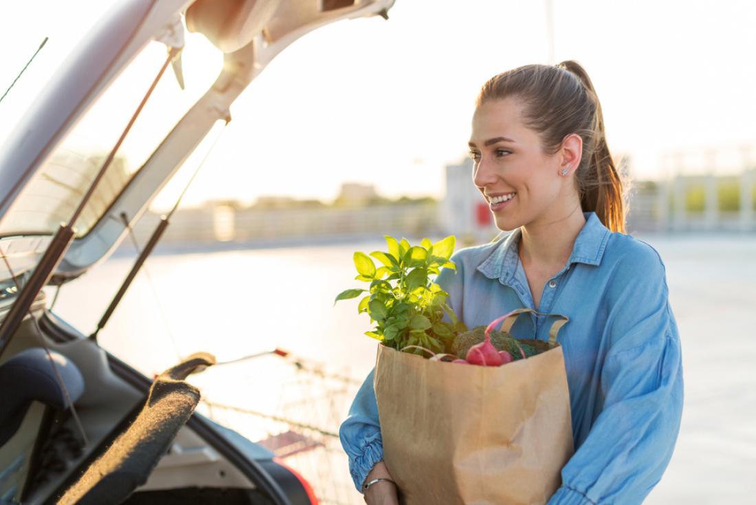 K trajnostnemu življenjskemu slogu sodi kupovanje lokalno pridelanega sadja in zelenjave. FOTO: pikselstock/Shutterstock